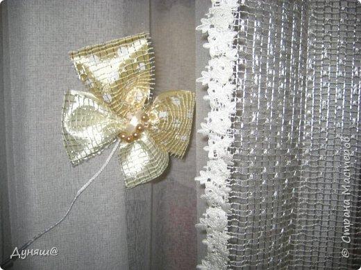 Использовала остатки той же тюли из которой сшита сама занавеска, соединительная верёвка была взята из уже непригодной бумажной сумки. Ну, а бабочка с подсолнухом деревянные ( целый набор таких бабочек уже пару лет лежит, вот одна нашла своё место)) фото 2