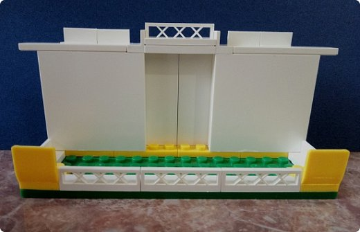 Подставка для телефона из конструктора Лего. Можно было купить готовую, но мне хотелось чего-то необычного.  Подставка устойчивая, хорошо держит телефон, можно спокойно смотреть фильмы) Детальки посадила на клей на всякий случай, но и без клея хорошо держатся. фото 1