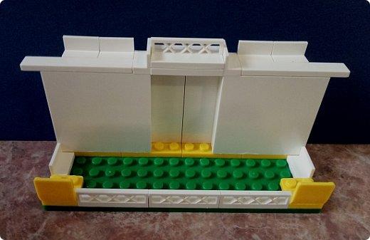 Подставка для телефона из конструктора Лего. Можно было купить готовую, но мне хотелось чего-то необычного.  Подставка устойчивая, хорошо держит телефон, можно спокойно смотреть фильмы) Детальки посадила на клей на всякий случай, но и без клея хорошо держатся. фото 2