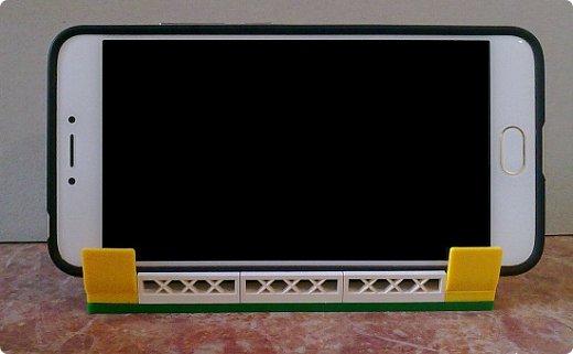 Подставка для телефона из конструктора Лего. Можно было купить готовую, но мне хотелось чего-то необычного.  Подставка устойчивая, хорошо держит телефон, можно спокойно смотреть фильмы) Детальки посадила на клей на всякий случай, но и без клея хорошо держатся. фото 3