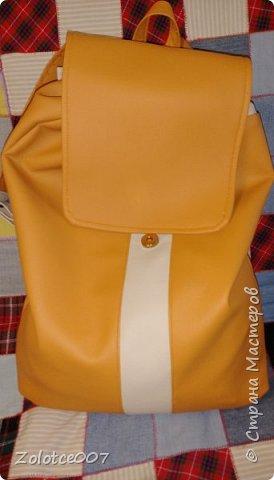 Наконец-то я сшила себе рюкзак, мастер класс нашла на ютубе,девочка правда там шила  из ткани простой,но у меня много обрезков кожзама,поэтому рискнула сделать из него. А цвет просто обалденный. Т.к.полностью одноцветный не получилось сделать,пришлось добавить почти белый. Но мне кажется,что он очень гармонично вписался. Конечно после того,Как сшила его,для себя много нюансов выяснила) Теперь мое семейство записывается в очередь,кому следующий шить))) фото 2
