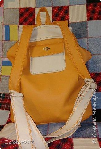 Наконец-то я сшила себе рюкзак, мастер класс нашла на ютубе,девочка правда там шила  из ткани простой,но у меня много обрезков кожзама,поэтому рискнула сделать из него. А цвет просто обалденный. Т.к.полностью одноцветный не получилось сделать,пришлось добавить почти белый. Но мне кажется,что он очень гармонично вписался. Конечно после того,Как сшила его,для себя много нюансов выяснила) Теперь мое семейство записывается в очередь,кому следующий шить))) фото 3