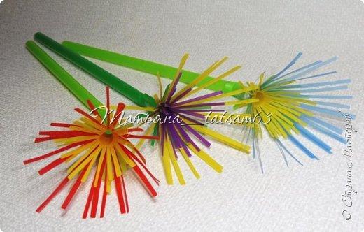 Придумались недавно у меня такие цветочки. Они простые, но забавные, моим знакомым понравились, поэтому решила их выложить. Можно использовать такие цветы как недорогое, но симпатичное украшение стола, можно украсить цветочный горшок или клумбу на даче. Так как они просты в изготовлении, их можно сделать вместе с детьми или использовать в каком-нибудь коллаже. Цветы из пластиковых трубочек в интернете встречаются, но сделанные по другой технологии, из срезанных наискосок кусочков трубочек. Цветы получаются похожие на георгины, красиво,но кончики лепестков получаются очень! острые. По-моему, это небезопасно, особенно при работе с детьми. Таких цветов, как у меня, не встретила.  фото 27
