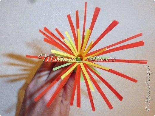 Придумались недавно у меня такие цветочки. Они простые, но забавные, моим знакомым понравились, поэтому решила их выложить. Можно использовать такие цветы как недорогое, но симпатичное украшение стола, можно украсить цветочный горшок или клумбу на даче. Так как они просты в изготовлении, их можно сделать вместе с детьми или использовать в каком-нибудь коллаже. Цветы из пластиковых трубочек в интернете встречаются, но сделанные по другой технологии, из срезанных наискосок кусочков трубочек. Цветы получаются похожие на георгины, красиво,но кончики лепестков получаются очень! острые. По-моему, это небезопасно, особенно при работе с детьми. Таких цветов, как у меня, не встретила.  фото 23
