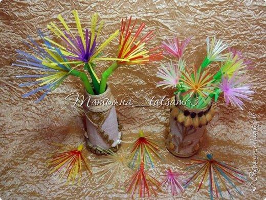 Придумались недавно у меня такие цветочки. Они простые, но забавные, моим знакомым понравились, поэтому решила их выложить. Можно использовать такие цветы как недорогое, но симпатичное украшение стола, можно украсить цветочный горшок или клумбу на даче. Так как они просты в изготовлении, их можно сделать вместе с детьми или использовать в каком-нибудь коллаже. Цветы из пластиковых трубочек в интернете встречаются, но сделанные по другой технологии, из срезанных наискосок кусочков трубочек. Цветы получаются похожие на георгины, красиво,но кончики лепестков получаются очень! острые. По-моему, это небезопасно, особенно при работе с детьми. Таких цветов, как у меня, не встретила.  фото 47