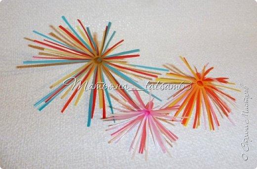 Придумались недавно у меня такие цветочки. Они простые, но забавные, моим знакомым понравились, поэтому решила их выложить. Можно использовать такие цветы как недорогое, но симпатичное украшение стола, можно украсить цветочный горшок или клумбу на даче. Так как они просты в изготовлении, их можно сделать вместе с детьми или использовать в каком-нибудь коллаже. Цветы из пластиковых трубочек в интернете встречаются, но сделанные по другой технологии, из срезанных наискосок кусочков трубочек. Цветы получаются похожие на георгины, красиво,но кончики лепестков получаются очень! острые. По-моему, это небезопасно, особенно при работе с детьми. Таких цветов, как у меня, не встретила.  фото 45