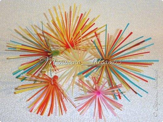 Придумались недавно у меня такие цветочки. Они простые, но забавные, моим знакомым понравились, поэтому решила их выложить. Можно использовать такие цветы как недорогое, но симпатичное украшение стола, можно украсить цветочный горшок или клумбу на даче. Так как они просты в изготовлении, их можно сделать вместе с детьми или использовать в каком-нибудь коллаже. Цветы из пластиковых трубочек в интернете встречаются, но сделанные по другой технологии, из срезанных наискосок кусочков трубочек. Цветы получаются похожие на георгины, красиво,но кончики лепестков получаются очень! острые. По-моему, это небезопасно, особенно при работе с детьми. Таких цветов, как у меня, не встретила.  фото 46