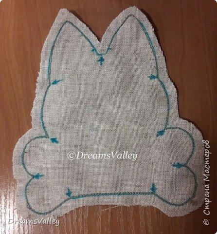 Для работы необходимо:  - бумага для выкройки - ткань лен или хлопок - маркер по ткани или карандаш - булавки - ножницы - клей ПВА - холлофайбер (синтепух) - палочка для набивки - джутовый шпагат - нитки и иголка - акриловые краски (контур по ткани) - бусины - клей - шерсть для валяния - игла для валяния  Для пропитки ткани:  - кофе натуральный 3 ст. л. (можно растворимый, тогда цвет игрушки будет темнее) - корица молотая 2 ст. л. - ванилин 1 пакетик - вода 100 мл фото 5