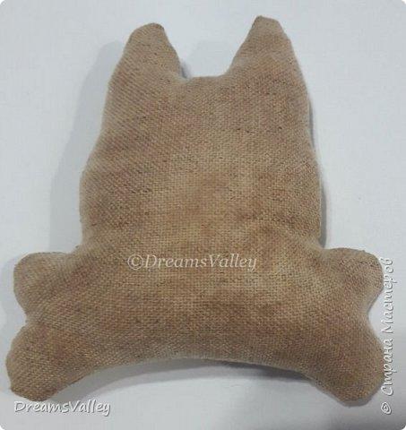 Для работы необходимо:  - бумага для выкройки - ткань лен или хлопок - маркер по ткани или карандаш - булавки - ножницы - клей ПВА - холлофайбер (синтепух) - палочка для набивки - джутовый шпагат - нитки и иголка - акриловые краски (контур по ткани) - бусины - клей - шерсть для валяния - игла для валяния  Для пропитки ткани:  - кофе натуральный 3 ст. л. (можно растворимый, тогда цвет игрушки будет темнее) - корица молотая 2 ст. л. - ванилин 1 пакетик - вода 100 мл фото 8