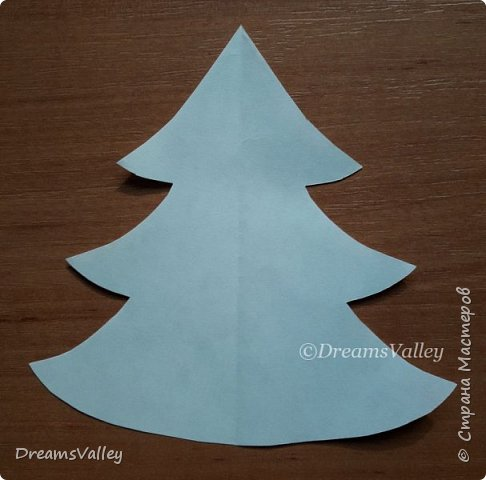 Как Вам такой вариант маленького новогоднего подарочка? Если он пришелся Вам по душе, то, давайте, изготовим его вместе.  Для работы нам понадобится:  - бумага для выкройки - карандаш - фетр - маркер по ткани - нитки и иголка - ножницы - джутовый шпагат (веревочка или лента) - контур по ткани  - скотч - холлофайбер или синтепух - палочка для суши (для набивки) - декор - термопистолет и термоклей  фото 2