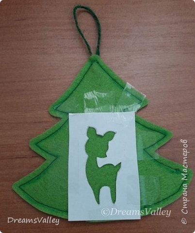 Как Вам такой вариант маленького новогоднего подарочка? Если он пришелся Вам по душе, то, давайте, изготовим его вместе.  Для работы нам понадобится:  - бумага для выкройки - карандаш - фетр - маркер по ткани - нитки и иголка - ножницы - джутовый шпагат (веревочка или лента) - контур по ткани  - скотч - холлофайбер или синтепух - палочка для суши (для набивки) - декор - термопистолет и термоклей  фото 12