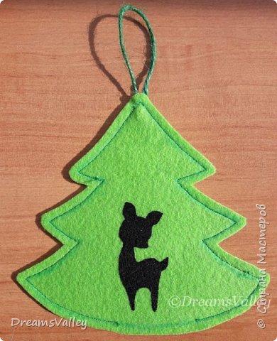 Как Вам такой вариант маленького новогоднего подарочка? Если он пришелся Вам по душе, то, давайте, изготовим его вместе.  Для работы нам понадобится:  - бумага для выкройки - карандаш - фетр - маркер по ткани - нитки и иголка - ножницы - джутовый шпагат (веревочка или лента) - контур по ткани  - скотч - холлофайбер или синтепух - палочка для суши (для набивки) - декор - термопистолет и термоклей  фото 14