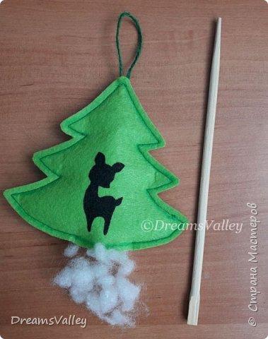Как Вам такой вариант маленького новогоднего подарочка? Если он пришелся Вам по душе, то, давайте, изготовим его вместе.  Для работы нам понадобится:  - бумага для выкройки - карандаш - фетр - маркер по ткани - нитки и иголка - ножницы - джутовый шпагат (веревочка или лента) - контур по ткани  - скотч - холлофайбер или синтепух - палочка для суши (для набивки) - декор - термопистолет и термоклей  фото 15