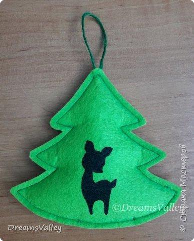 Как Вам такой вариант маленького новогоднего подарочка? Если он пришелся Вам по душе, то, давайте, изготовим его вместе.  Для работы нам понадобится:  - бумага для выкройки - карандаш - фетр - маркер по ткани - нитки и иголка - ножницы - джутовый шпагат (веревочка или лента) - контур по ткани  - скотч - холлофайбер или синтепух - палочка для суши (для набивки) - декор - термопистолет и термоклей  фото 16