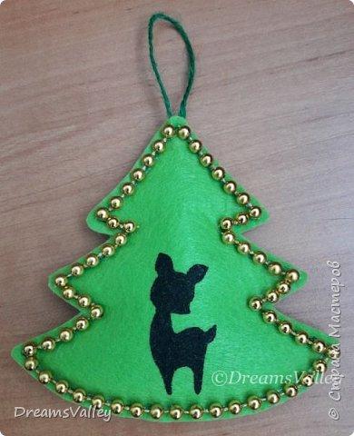 Как Вам такой вариант маленького новогоднего подарочка? Если он пришелся Вам по душе, то, давайте, изготовим его вместе.  Для работы нам понадобится:  - бумага для выкройки - карандаш - фетр - маркер по ткани - нитки и иголка - ножницы - джутовый шпагат (веревочка или лента) - контур по ткани  - скотч - холлофайбер или синтепух - палочка для суши (для набивки) - декор - термопистолет и термоклей  фото 17