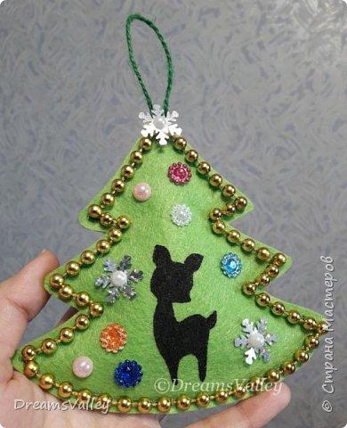 Как Вам такой вариант маленького новогоднего подарочка? Если он пришелся Вам по душе, то, давайте, изготовим его вместе.  Для работы нам понадобится:  - бумага для выкройки - карандаш - фетр - маркер по ткани - нитки и иголка - ножницы - джутовый шпагат (веревочка или лента) - контур по ткани  - скотч - холлофайбер или синтепух - палочка для суши (для набивки) - декор - термопистолет и термоклей  фото 18