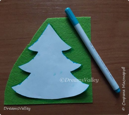 Как Вам такой вариант маленького новогоднего подарочка? Если он пришелся Вам по душе, то, давайте, изготовим его вместе.  Для работы нам понадобится:  - бумага для выкройки - карандаш - фетр - маркер по ткани - нитки и иголка - ножницы - джутовый шпагат (веревочка или лента) - контур по ткани  - скотч - холлофайбер или синтепух - палочка для суши (для набивки) - декор - термопистолет и термоклей  фото 3