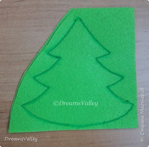 Как Вам такой вариант маленького новогоднего подарочка? Если он пришелся Вам по душе, то, давайте, изготовим его вместе.  Для работы нам понадобится:  - бумага для выкройки - карандаш - фетр - маркер по ткани - нитки и иголка - ножницы - джутовый шпагат (веревочка или лента) - контур по ткани  - скотч - холлофайбер или синтепух - палочка для суши (для набивки) - декор - термопистолет и термоклей  фото 6