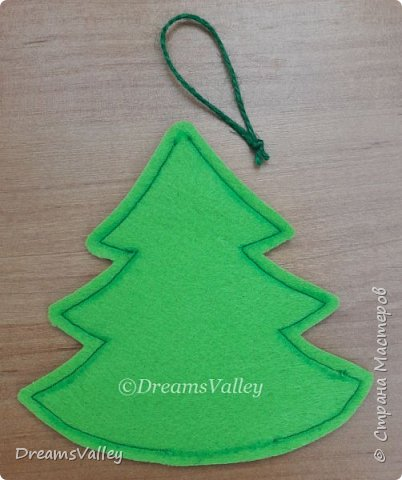 Как Вам такой вариант маленького новогоднего подарочка? Если он пришелся Вам по душе, то, давайте, изготовим его вместе.  Для работы нам понадобится:  - бумага для выкройки - карандаш - фетр - маркер по ткани - нитки и иголка - ножницы - джутовый шпагат (веревочка или лента) - контур по ткани  - скотч - холлофайбер или синтепух - палочка для суши (для набивки) - декор - термопистолет и термоклей  фото 8