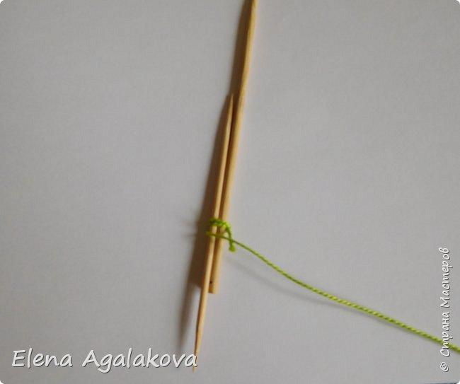 Добрый день! Сегодня я покажу как делать простую мандалу-елочку для украшения на Новый год.  У меня елочка 12 см на 9 см, но вы можете сплести ее любого размера, для малышей конечно лучше размер побольше. фото 5