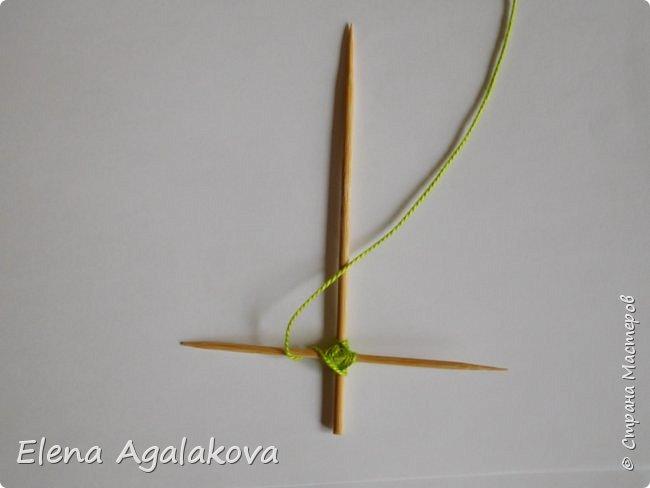 Добрый день! Сегодня я покажу как делать простую мандалу-елочку для украшения на Новый год.  У меня елочка 12 см на 9 см, но вы можете сплести ее любого размера, для малышей конечно лучше размер побольше. фото 8