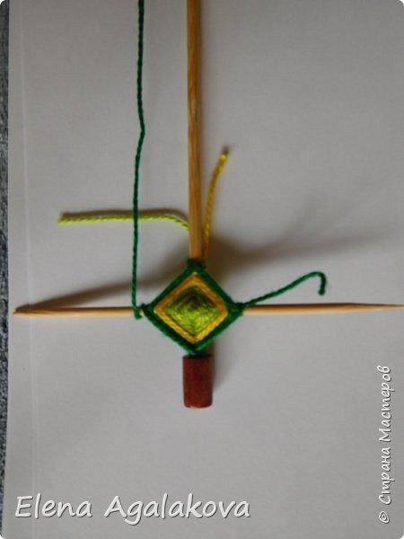 Добрый день! Сегодня я покажу как делать простую мандалу-елочку для украшения на Новый год.  У меня елочка 12 см на 9 см, но вы можете сплести ее любого размера, для малышей конечно лучше размер побольше. фото 12