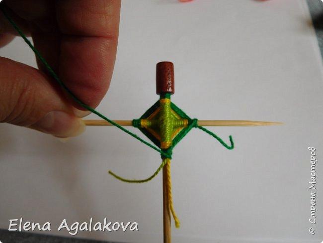 Добрый день! Сегодня я покажу как делать простую мандалу-елочку для украшения на Новый год.  У меня елочка 12 см на 9 см, но вы можете сплести ее любого размера, для малышей конечно лучше размер побольше. фото 14