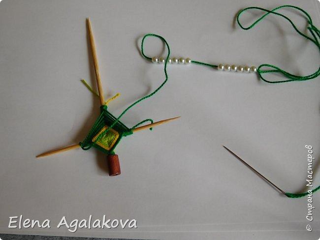 Добрый день! Сегодня я покажу как делать простую мандалу-елочку для украшения на Новый год.  У меня елочка 12 см на 9 см, но вы можете сплести ее любого размера, для малышей конечно лучше размер побольше. фото 16