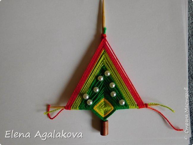 Добрый день! Сегодня я покажу как делать простую мандалу-елочку для украшения на Новый год.  У меня елочка 12 см на 9 см, но вы можете сплести ее любого размера, для малышей конечно лучше размер побольше. фото 20