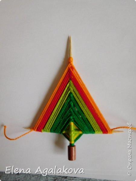 Добрый день! Сегодня я покажу как делать простую мандалу-елочку для украшения на Новый год.  У меня елочка 12 см на 9 см, но вы можете сплести ее любого размера, для малышей конечно лучше размер побольше. фото 21