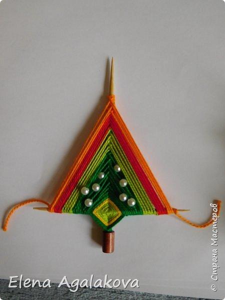 Добрый день! Сегодня я покажу как делать простую мандалу-елочку для украшения на Новый год.  У меня елочка 12 см на 9 см, но вы можете сплести ее любого размера, для малышей конечно лучше размер побольше. фото 22
