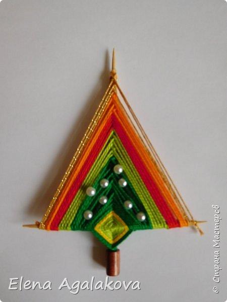 Добрый день! Сегодня я покажу как делать простую мандалу-елочку для украшения на Новый год.  У меня елочка 12 см на 9 см, но вы можете сплести ее любого размера, для малышей конечно лучше размер побольше. фото 23