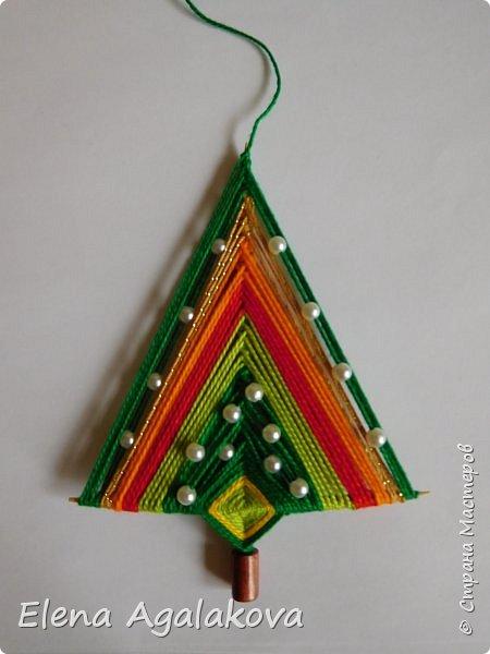 Добрый день! Сегодня я покажу как делать простую мандалу-елочку для украшения на Новый год.  У меня елочка 12 см на 9 см, но вы можете сплести ее любого размера, для малышей конечно лучше размер побольше. фото 24