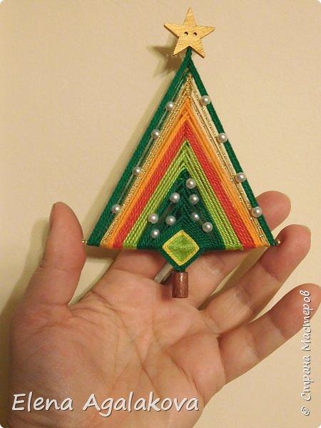 Добрый день! Сегодня я покажу как делать простую мандалу-елочку для украшения на Новый год.  У меня елочка 12 см на 9 см, но вы можете сплести ее любого размера, для малышей конечно лучше размер побольше. фото 1