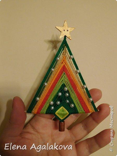 Добрый день! Сегодня я покажу как делать простую мандалу-елочку для украшения на Новый год.  У меня елочка 12 см на 9 см, но вы можете сплести ее любого размера, для малышей конечно лучше размер побольше. фото 26