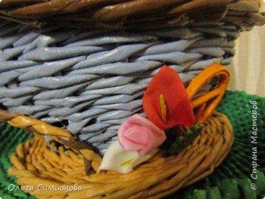 """мой первый Гномодомик, плетение из газетных трубочек, ширина полоски 8см., спица 2мм, окрашено акриловой краской, тонировано колерами, покрыто акриловым лаком...  плетение веревочка из 2-х трубочек, поднос сплетен из рекламных газет, плетение """"эмитация плетения из корня"""" фото 7"""