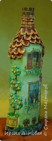 Форма бутылки навела на мысль создать такой домик. Черепицу лепила из Fimo. Дерево-шпаклевка.  фото 2