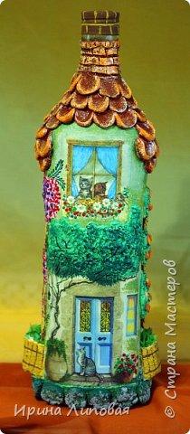 Форма бутылки навела на мысль создать такой домик. Черепицу лепила из Fimo. Дерево-шпаклевка.  фото 1