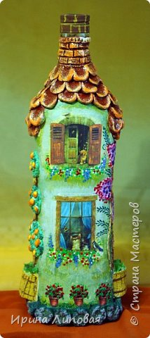 Форма бутылки навела на мысль создать такой домик. Черепицу лепила из Fimo. Дерево-шпаклевка.  фото 3