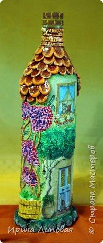Форма бутылки навела на мысль создать такой домик. Черепицу лепила из Fimo. Дерево-шпаклевка.  фото 4