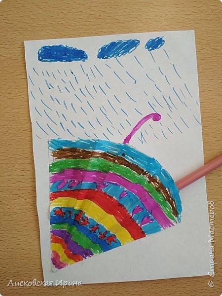 Осенняя погода рисует серыми красками дождя, яркими красками листьев. У нас получились осенние открытки Зонтики. Идею увидела в интернете ( в контакте) https://pp.userapi.com/c635104/v635104208/3b105/CxQLLtMhjeQ.jpg Мы внесли несколько своих дополнений. фото 9