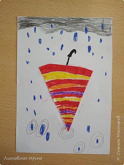 Осенняя погода рисует серыми красками дождя, яркими красками листьев. У нас получились осенние открытки Зонтики. Идею увидела в интернете ( в контакте) https://pp.userapi.com/c635104/v635104208/3b105/CxQLLtMhjeQ.jpg Мы внесли несколько своих дополнений. фото 10