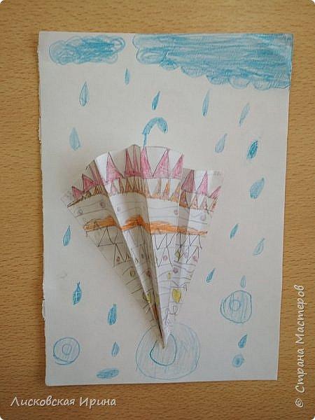 Осенняя погода рисует серыми красками дождя, яркими красками листьев. У нас получились осенние открытки Зонтики. Идею увидела в интернете ( в контакте) https://pp.userapi.com/c635104/v635104208/3b105/CxQLLtMhjeQ.jpg Мы внесли несколько своих дополнений. фото 11