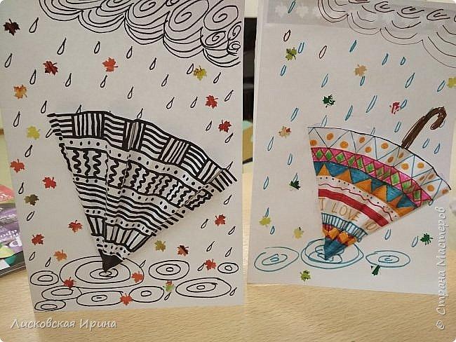 Осенняя погода рисует серыми красками дождя, яркими красками листьев. У нас получились осенние открытки Зонтики. Идею увидела в интернете ( в контакте) https://pp.userapi.com/c635104/v635104208/3b105/CxQLLtMhjeQ.jpg Мы внесли несколько своих дополнений. фото 3