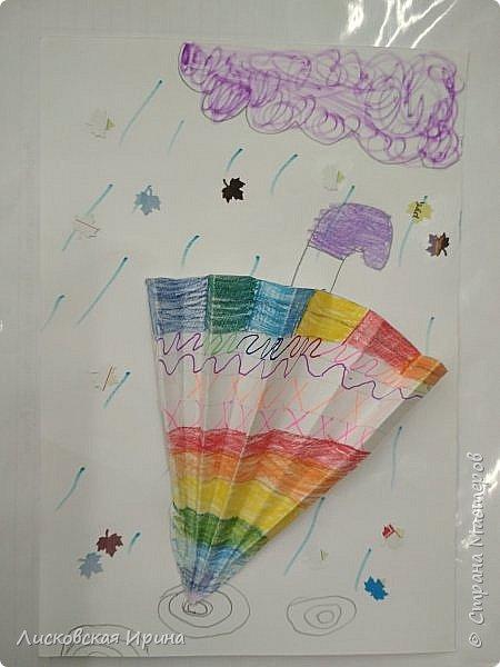 Осенняя погода рисует серыми красками дождя, яркими красками листьев. У нас получились осенние открытки Зонтики. Идею увидела в интернете ( в контакте) https://pp.userapi.com/c635104/v635104208/3b105/CxQLLtMhjeQ.jpg Мы внесли несколько своих дополнений. фото 13