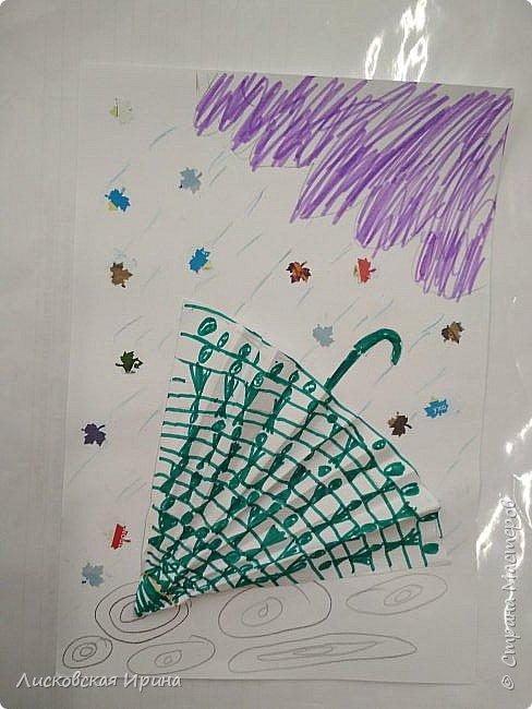 Осенняя погода рисует серыми красками дождя, яркими красками листьев. У нас получились осенние открытки Зонтики. Идею увидела в интернете ( в контакте) https://pp.userapi.com/c635104/v635104208/3b105/CxQLLtMhjeQ.jpg Мы внесли несколько своих дополнений. фото 16