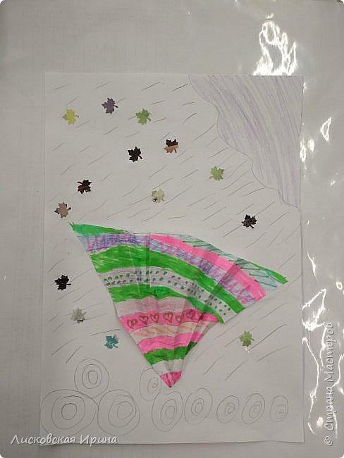 Осенняя погода рисует серыми красками дождя, яркими красками листьев. У нас получились осенние открытки Зонтики. Идею увидела в интернете ( в контакте) https://pp.userapi.com/c635104/v635104208/3b105/CxQLLtMhjeQ.jpg Мы внесли несколько своих дополнений. фото 17