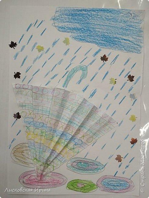 Осенняя погода рисует серыми красками дождя, яркими красками листьев. У нас получились осенние открытки Зонтики. Идею увидела в интернете ( в контакте) https://pp.userapi.com/c635104/v635104208/3b105/CxQLLtMhjeQ.jpg Мы внесли несколько своих дополнений. фото 19