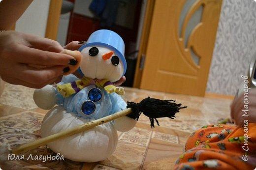 Снеговичка делали с сыночком вместе на выставку. Кирюше здесь 3 годика. Использовали медицинские салфетки, нитки, пуговицы, большие стразы, майонезную баночку, тонкую атласную ленту, клей. Инструменты: ножницы, клеевой пистолет. фото 22
