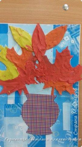 """Вот такие осенние натюрморты сегодня """" нарисовали"""" пластилином  ребята 3 """"А"""" класса. Из плотных  обложек , использованных  тетрадок ,  вырезали заготовки листьев , вазы  и  """"закрасили """" пластилином. Фон - обложки  с наборов  картона. Берегите  все живое !!!  фото 2"""